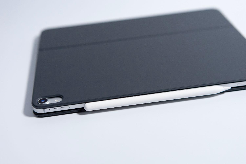 iPad本体にくっつけておくだけで充電できる。