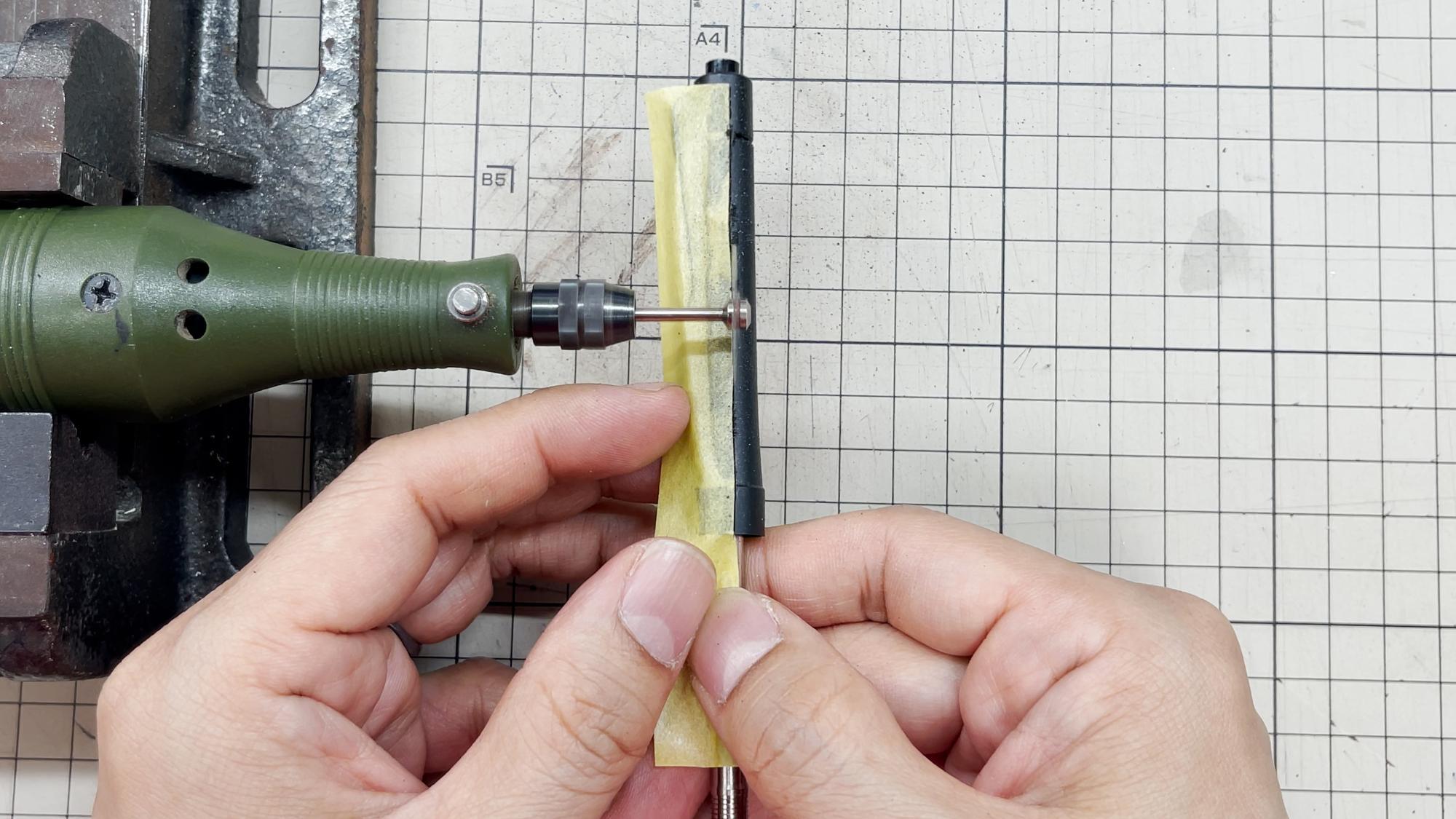 電動小型丸鋸でカットする。