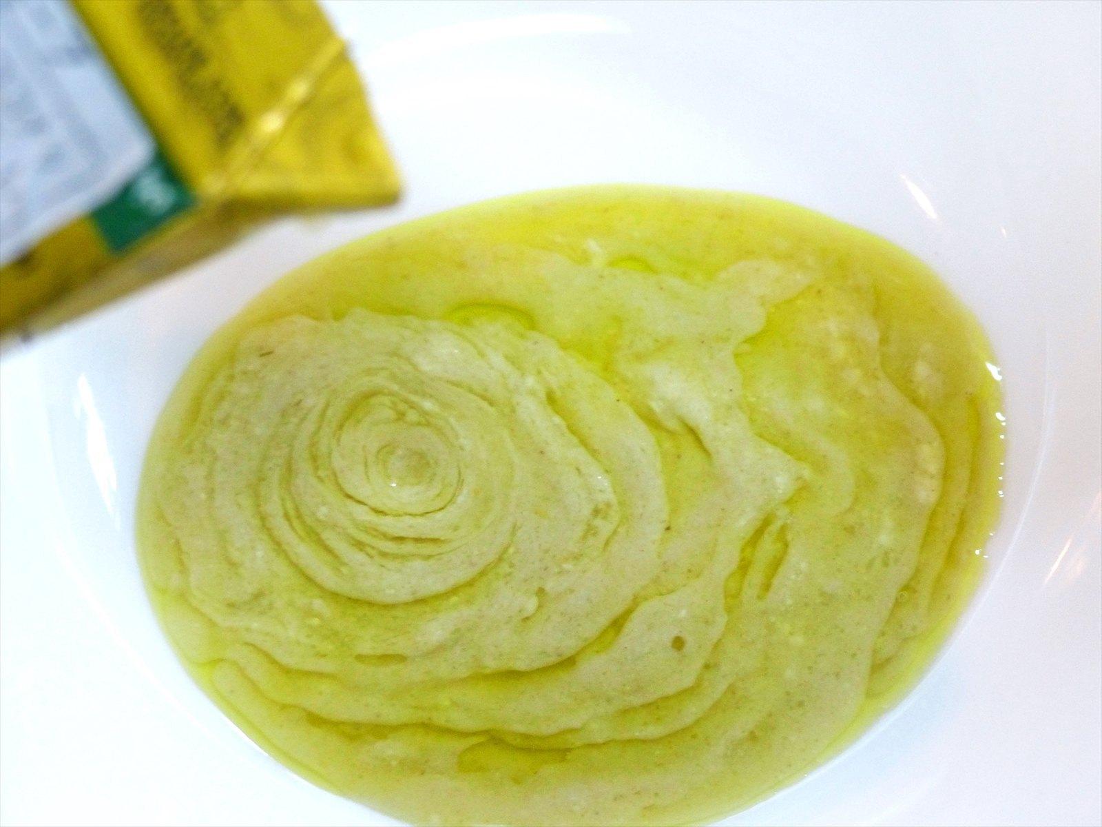 カレーのスパイスのひとつグリーンチリ(青唐辛子)に、新鮮なココナッツミルクを加えた薄緑色のスープ。