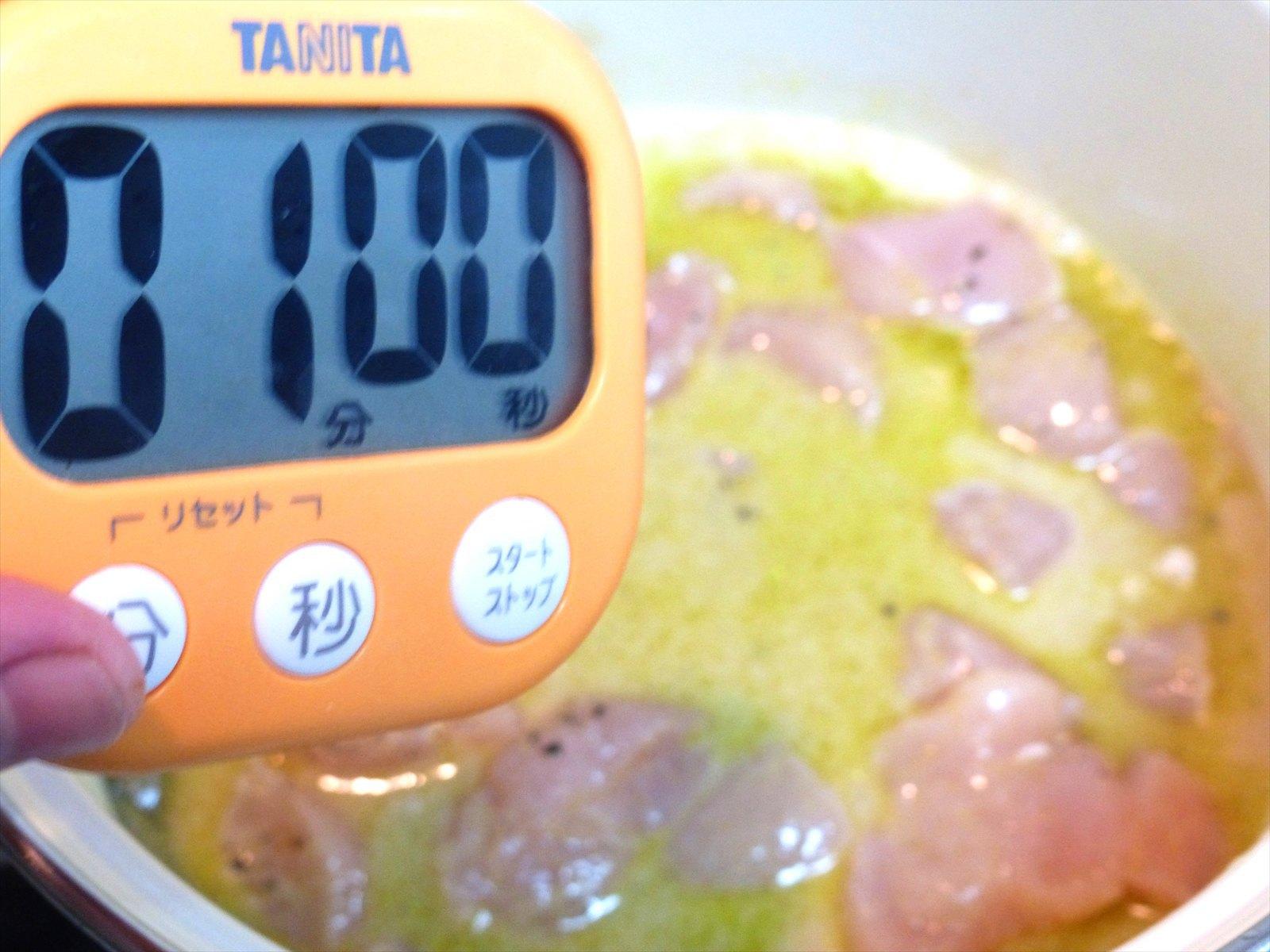 その後、肉を加えて1分ほど更に煮込みます。今回は鳥のささみ肉を使用しています。
