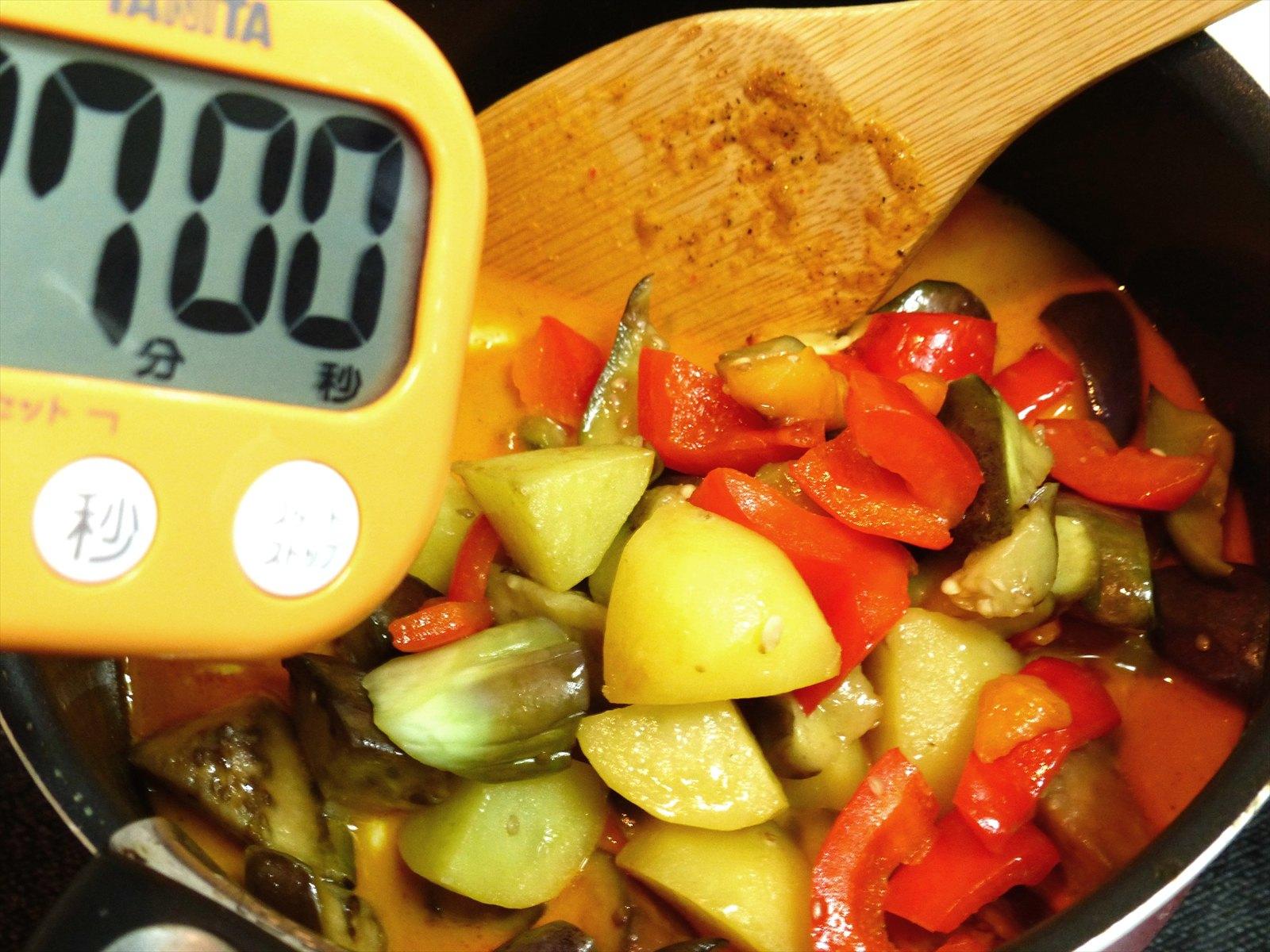 その後、炒めたお野菜達を鍋に投入。 7分程度中火で煮込んだら完成!