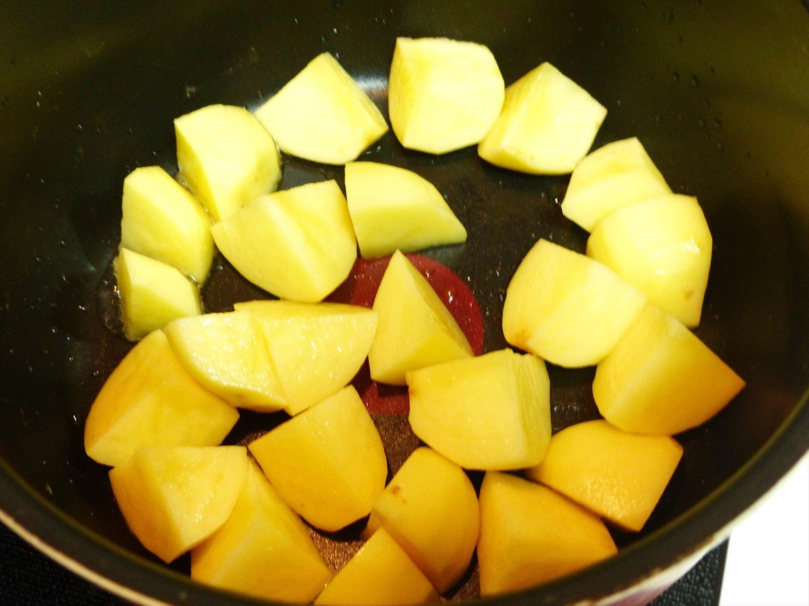 煮崩れを防ぐために、ジャガイモを炒めます。