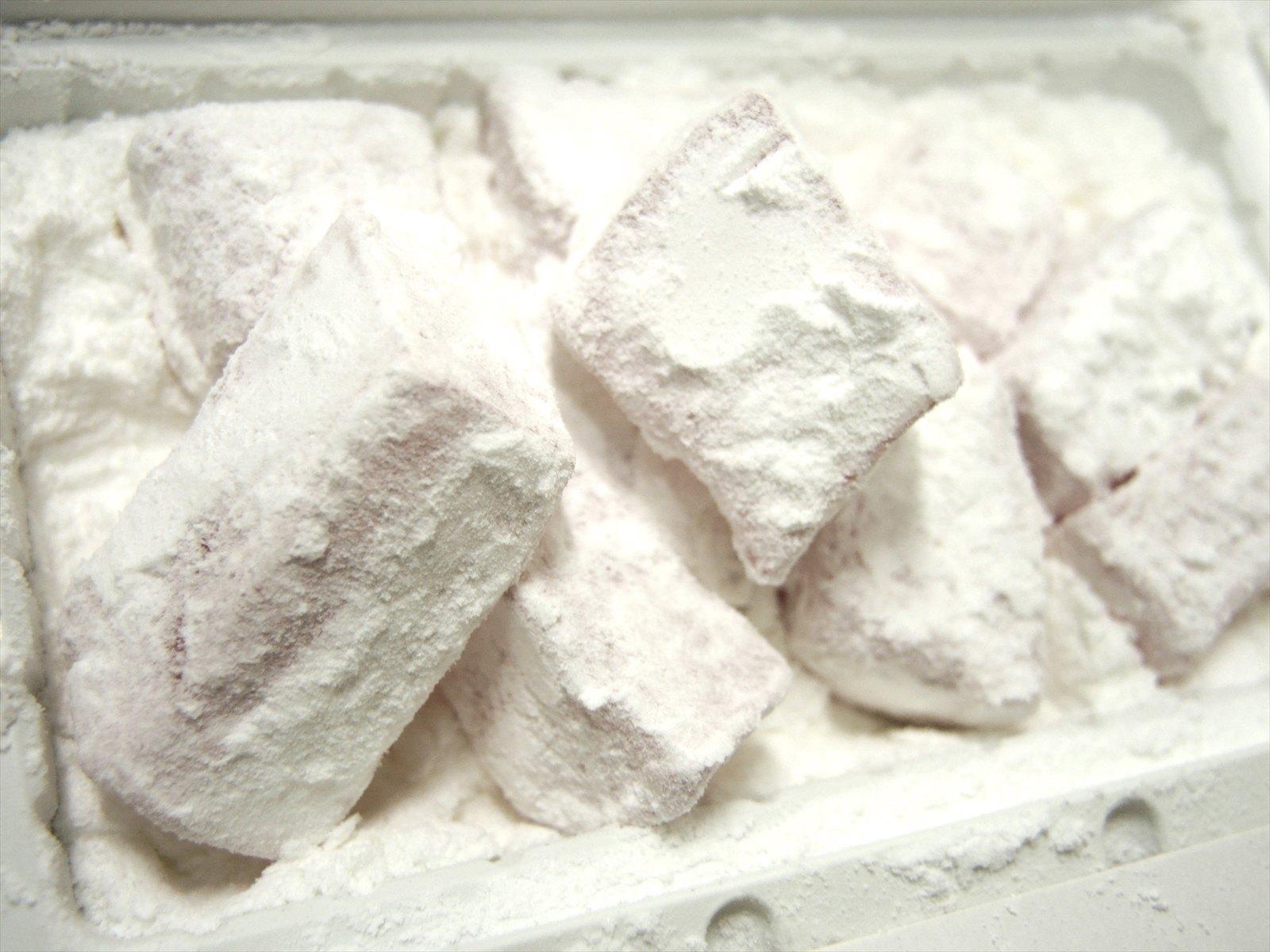 純白の砂糖で、まぶされたギリシアのロクム
