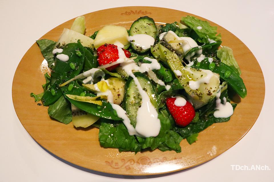 ヨッシーの大好きなフルーツと野菜のサラダ ¥1,300