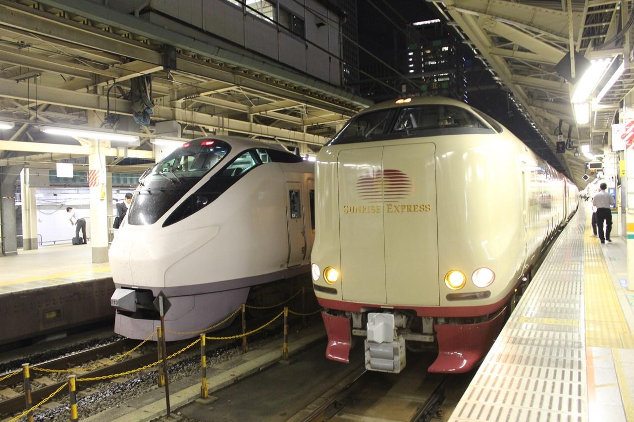 夜のホームで発車を待つ常磐線高萩行き特急「ときわ」(左)と、出雲市・高松行きの寝台特急「サンライズ」。どちらも車内販売はないので、必要なものは乗車前に駅で買っておこう。