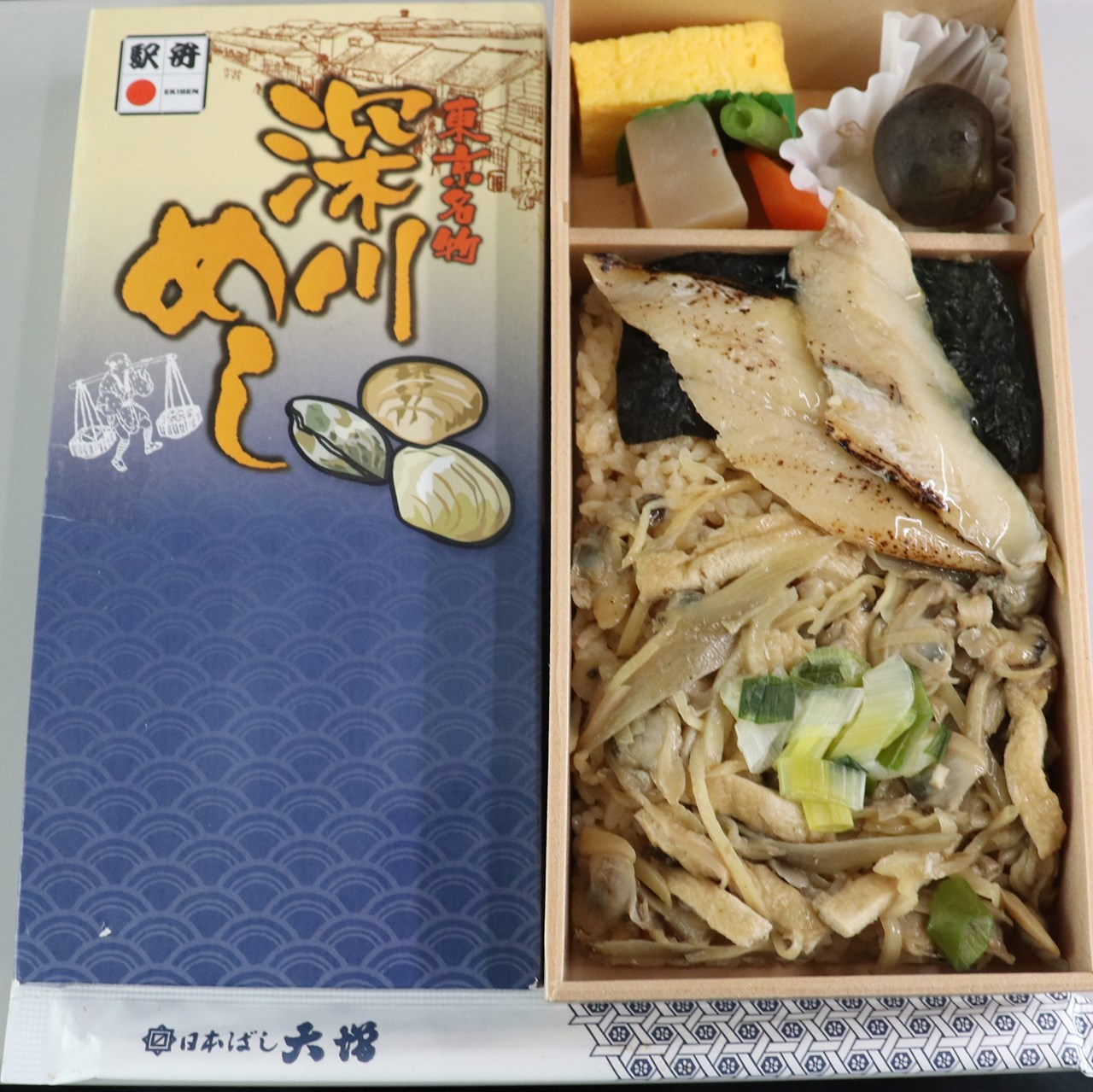 日本ばし大増の「深川めし」。なんだか懐かしいような、素朴な味わいの駅弁だ。