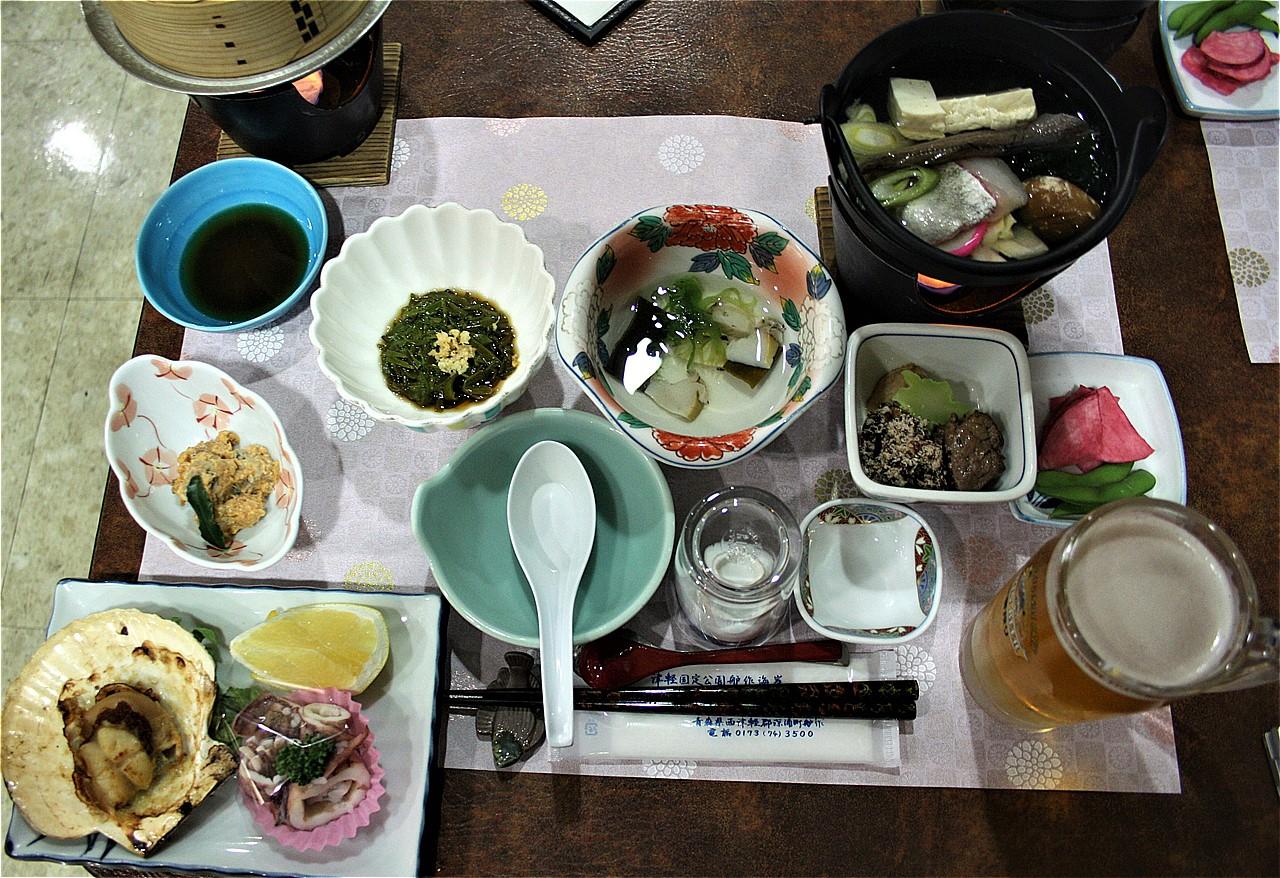 黄金崎不老ふ死温泉の夕食。このあと、焼き魚や刺身などが続々運ばれてきた。