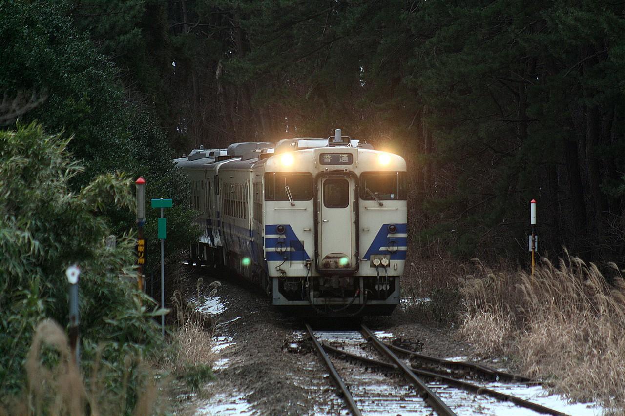 艫作駅にやって来た下り弘前行普通列車。この旧型車両は間もなく姿を消す。