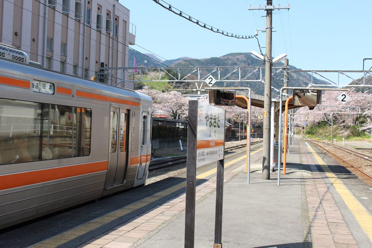 山北駅にやって来た沼津行の普通列車。