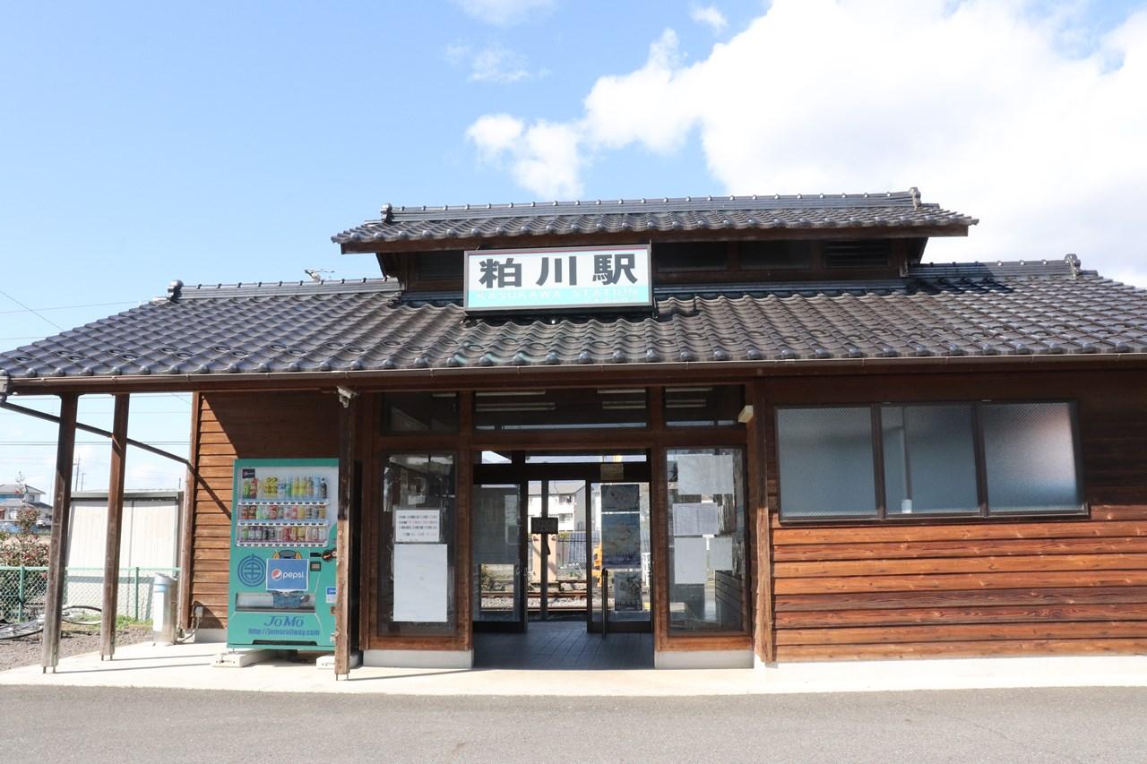 2004(平成16)年に再建された二代目の駅舎。落ち着いた佇まいが嬉しい。