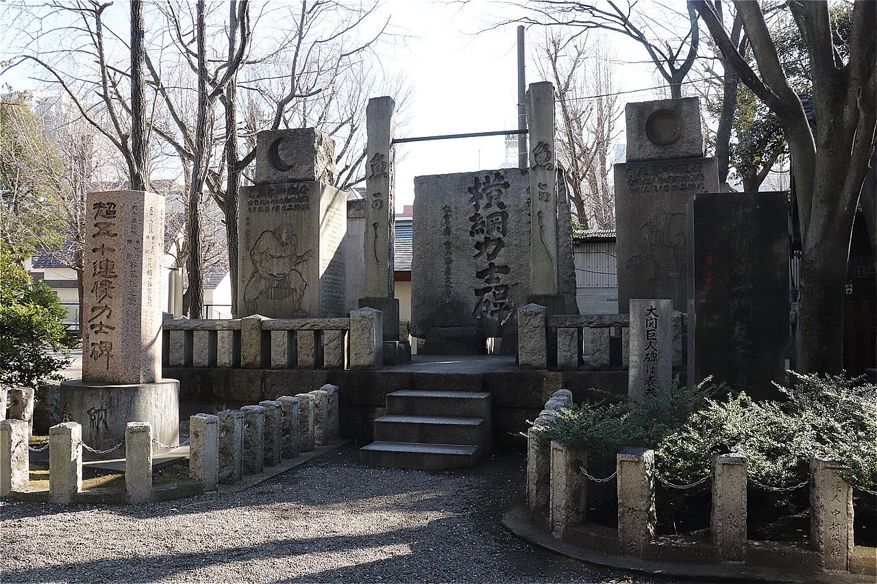 富岡八幡宮の境内にある横綱力士碑。歴代横綱の名が刻まれている。左にあるのは超五十連勝力士碑。69連勝の双葉山らの名前がある。