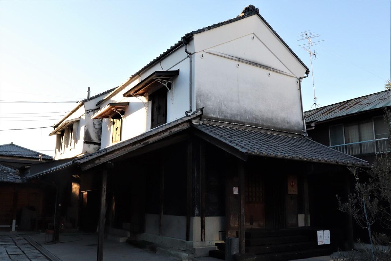 行田は足袋の生産量日本一。町のあちこちに古い足袋蔵が残されている。