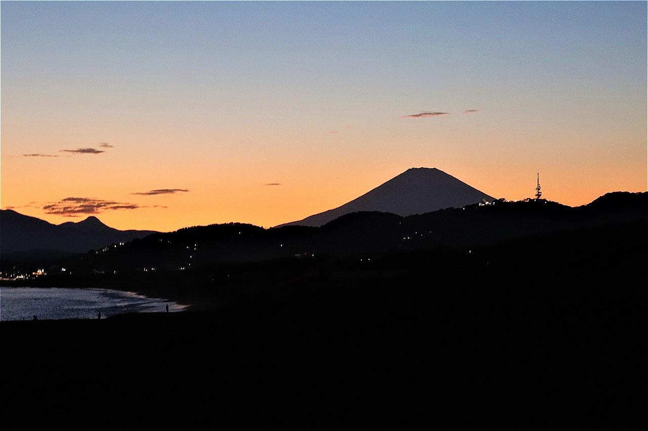 平塚海岸から眺める富士山夕景。空気の澄んだ日はとりわけ美しい。