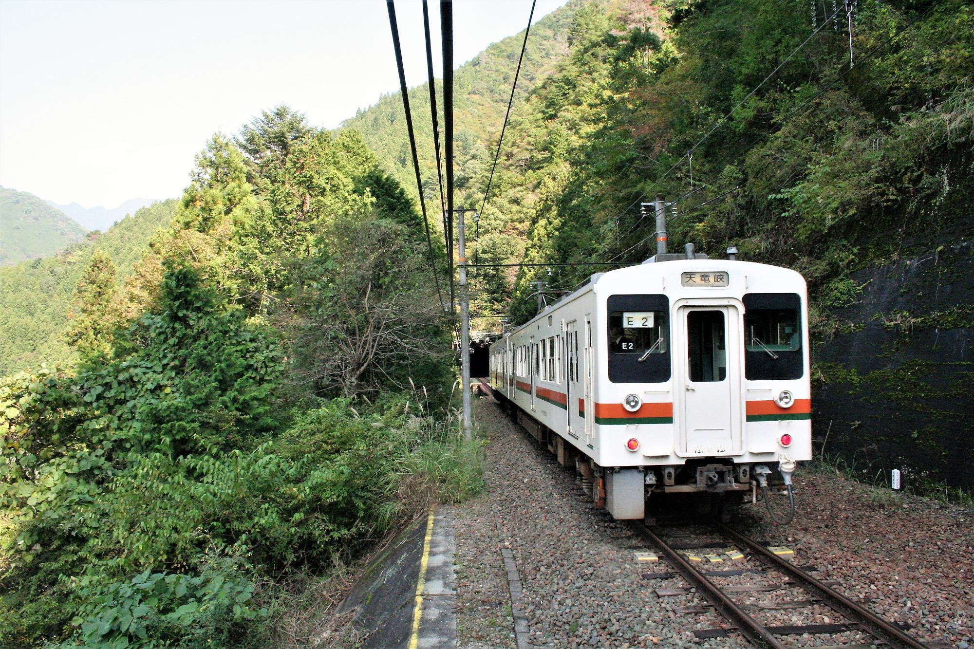 小和田駅を発車した下り列車。この次の下り列車は3時間近くやって来ない。