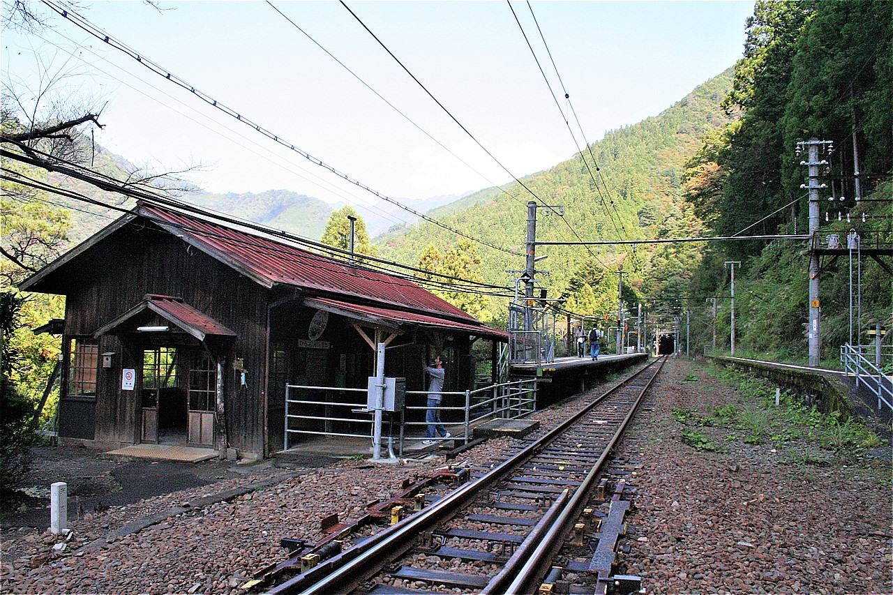 駅舎だけが静かにたたずむ小和田駅。反対側のホームが使われなくなって久しい。